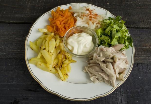 Выкладываем на край тарелки отваренное куриное мясо