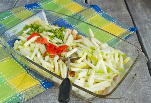 Добавляем нарезанные кабачок и помидор