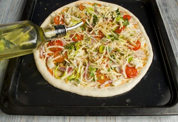 Поливаем пиццу оливковым маслом, посыпаем тимьяном и ставим запекаться