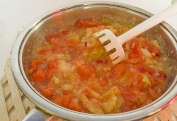 Измельчаем тушеные овощи и яблоки блендером