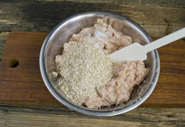 Перемалываем мясо и овощи, добавляем овсяные хлопья, молоко и специи