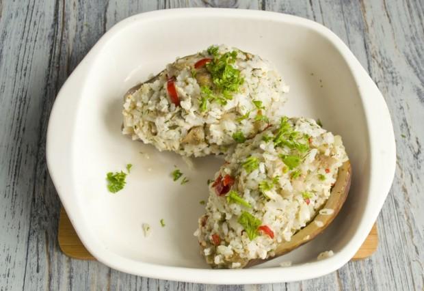 Запекаем фаршированные рисом и курицей баклажаны в духовке