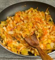 Приправляем тушеные овощи солью и перцем по своему вкусу