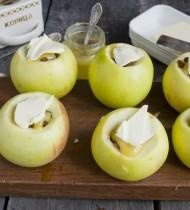 Кладем кусочек сливочного масла на яблоко