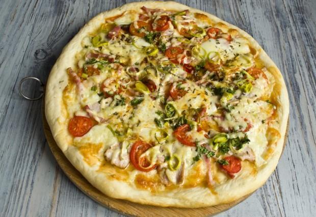 Дрожжевая пицца с ветчиной и панчеттой