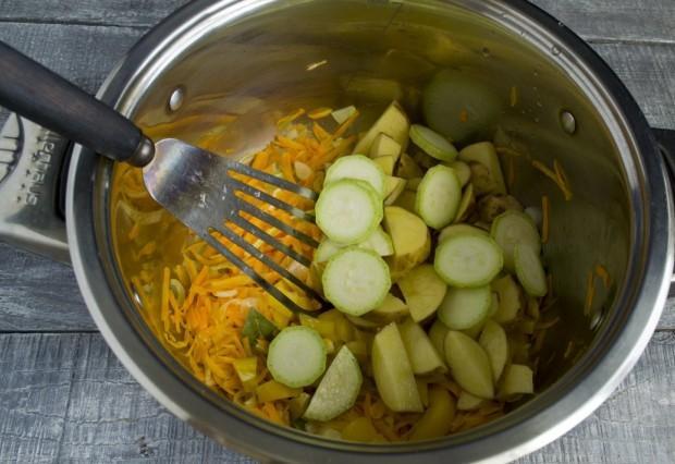 Добавляем в кастрюлю кабачки и картофель