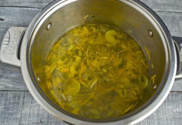Отвариваем щи с курицей и листовым салатом