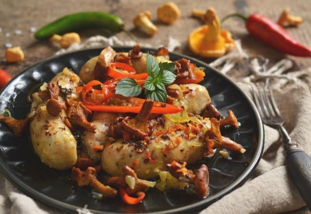 Куриные колбаски в духовке с грибами
