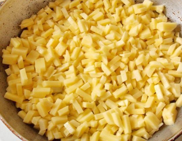 Пока разогревается сковорода, нарезаем картофель