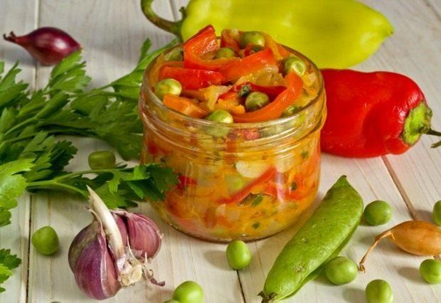 Салат из сладкого перца с цуккини и горошком