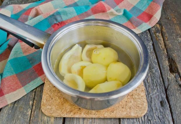 Варите груши 5 минут в подкисленной воде, в которой они были замочены