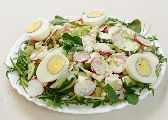 Свіжий салат з редискою і яйцем /