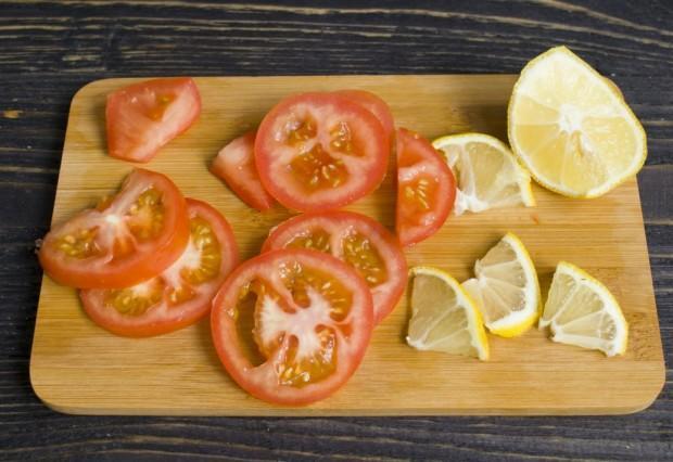 Нарезаем лимон и помидоры