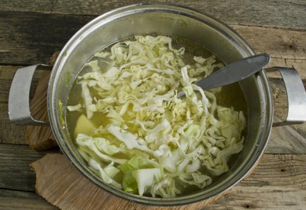 Нарезаем раннюю белокочанную капусту