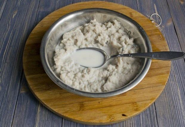 Измельченную треску смешиваем с солью и молоком