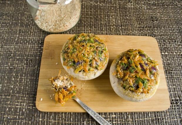 Наполняем грибы овощной смесью
