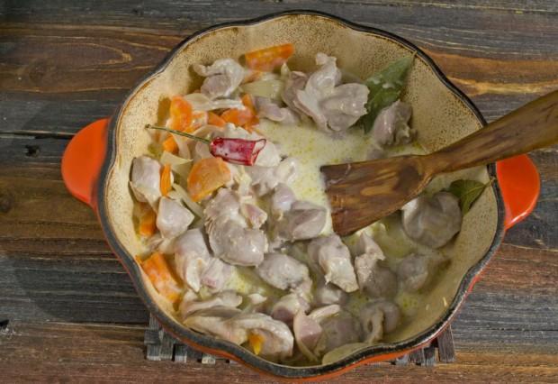 Обжариваем куриные желудки с овощами и заливаем сметанной подливой