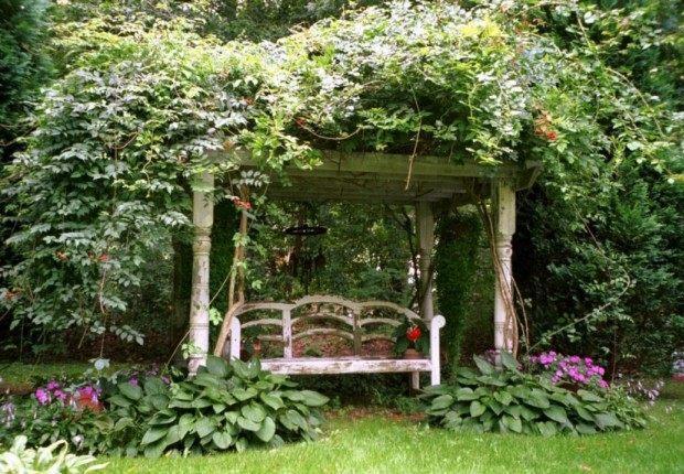 Беседка в саду деревенского стиля