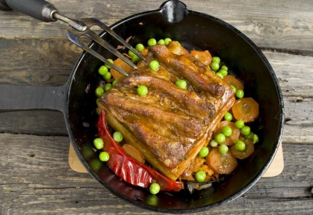 Свиная грудинка, приготовленная в духовке