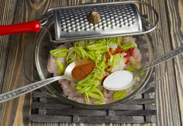 Нарезаем острый перец чили, добавляем специи, мускатный орех и соль