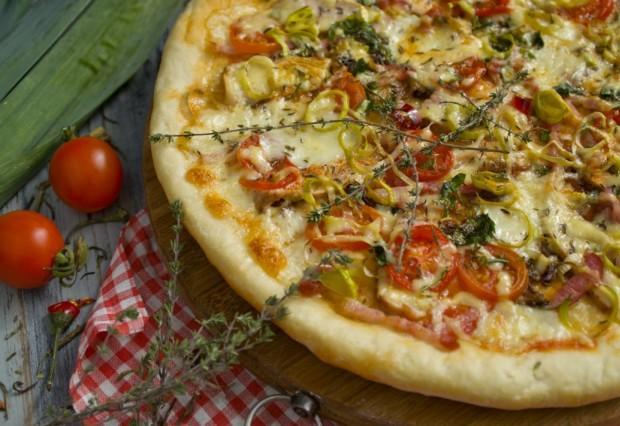 Дрожжевая пицца с ветчиной и панчеттой в духовке