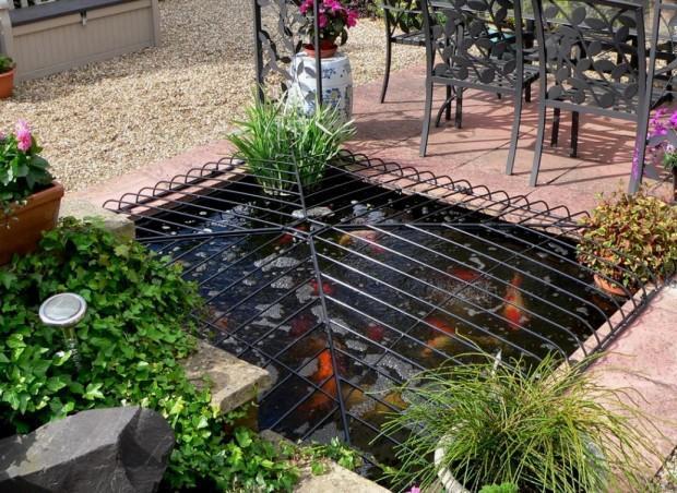 Декоративная решетка для ограждения пруда на участке