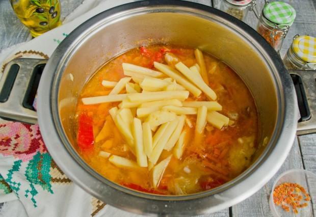 Добавляем картошку, варим еще 15 минут