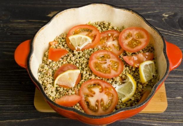 Равномерно распределяем чечевицу и выкладываем сверху помидоры и лимон