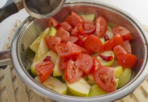 Нарезанные овощи и яблоки ставим тушить