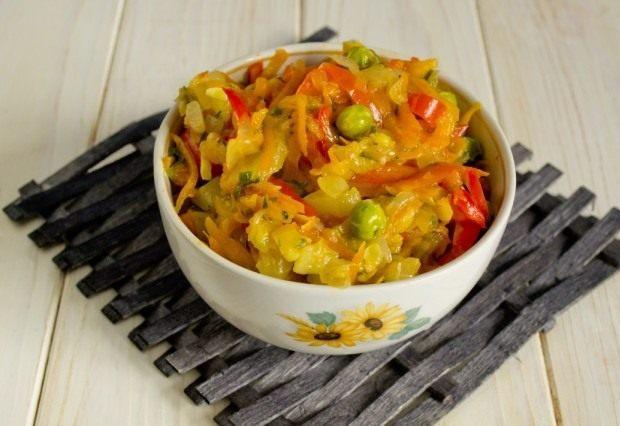 Выкладываем овощи в форму для запекания. Добавляем соль, сахар, специи и растительное масло