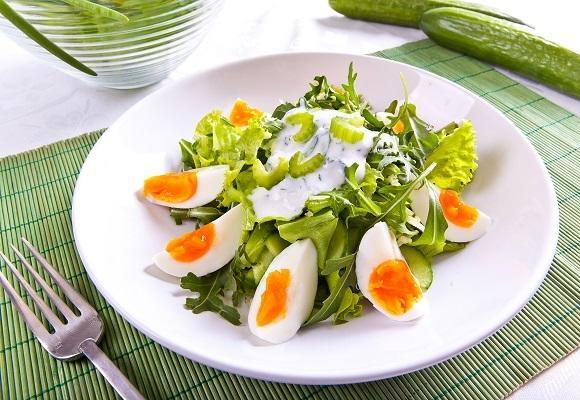 Зелений салат з огірками /